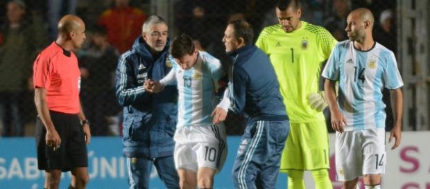 Leo Messi se retira del partido. Foto de www.mediotiempo.com