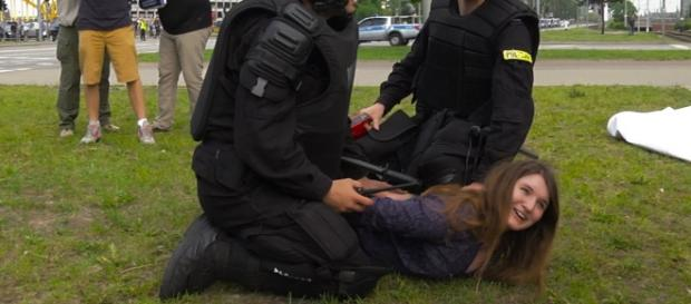 Maria Kołakowska zatrzymana przez policjantów / fot. youtube