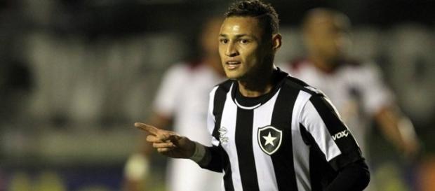 Neílton saiu do banco de reservas e garantiu a vitória do Botafogo.