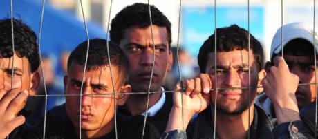 Tanti giovani migranti in cerca di una nuova vita.
