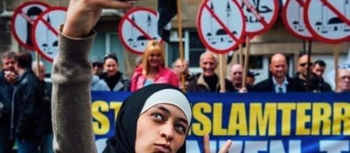 Il selfie di Zakia Belkhiri alla manifestazione islamofoba