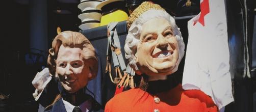 Mentre i suoi maggiordomi le abbottonavano la veste, la regina Elisabetta esprimeva cordoglio per la situazione dell'Europa.