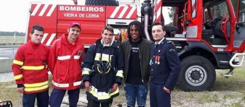Renato Sanches posa para a foto com os bombeiros.