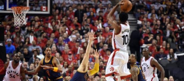 DeMar DeRozan (Toronto Raptors) anotando frente a Matthew Dellavedova (Cleveland Cavaliers)