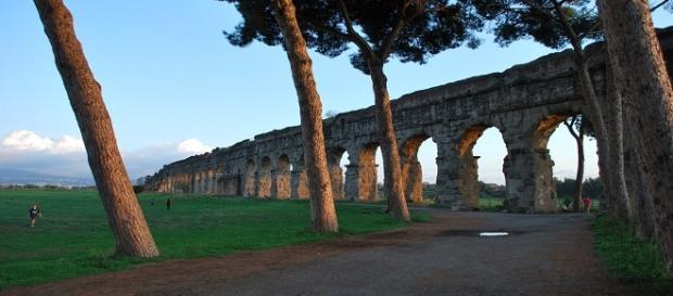 I cittadini romani si prendono cura degli spazi verdi mal gestiti dall'amministrazione capitolina.