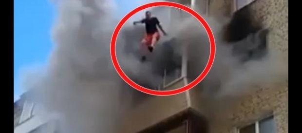 O familie din Rusia s-a salvat din apartamentul care ardea, sărind de la etajul patru