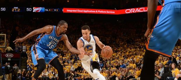 Stephen Curry frente a Kevin Durant en el quinto partido.