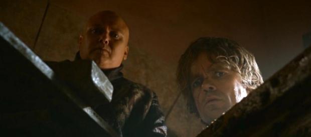 Na 3ª temporada, Varys mostra a Tyrion o feiticeiro capturado (Foto: HBO)