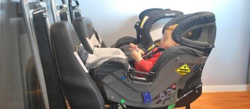 Bebé en una silla a contramarcha