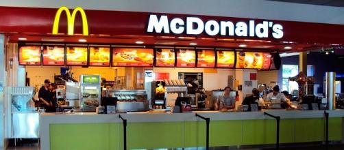 Fotografía de mostrador de un establecimiento de McDonald's