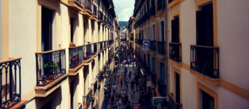 Imagen de un céntrica calle con balcones