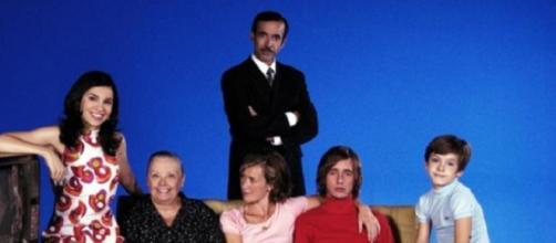 La familia Alcántara en la primera temporada, y Antonio con aspecto a lo Aznar.