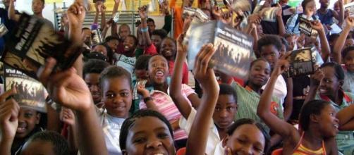 """Niños con el librito ¿Qué son los Derechos Humanos?"""""""