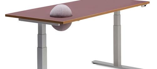 Pillow Table, desk con cuscino integrato, progettato per LINAK da Tine Mouritsen
