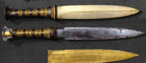 Puñales de hierro ''extraterrestre'' y oro del faraón egipcio Tutankamón.