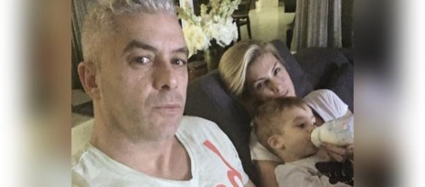 Ana Hickmann posa ao lado do marido e com o filho