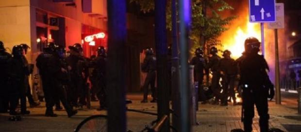 Antidisturbios enfrentándose con incendios y disturbios en Gràcia.