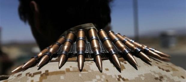 Doi români, acuzați că au vândut arme teroriștilor