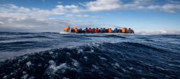 Inmigrantes a la deriva en el Mediterráneo. MSF