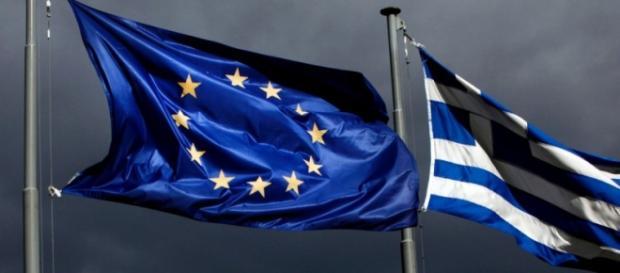 Le bandiere dell'UE e della Grecia su Atene
