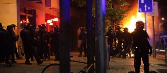 Noches de disturbios en el distrito barcelonés de Gràcia por un antiguo Banco 'okupado'