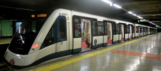 Un tren de Metro de Madrid en Plaza Elíptica