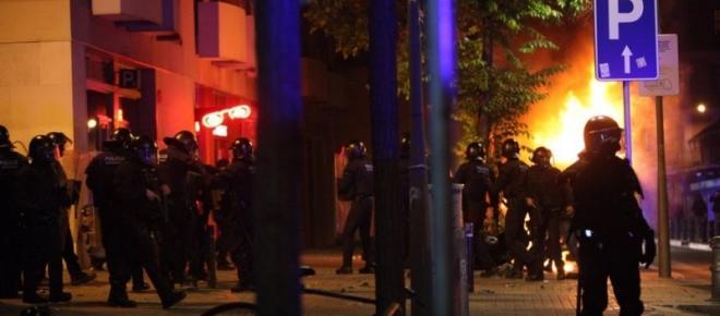 El barrio de Gracia tomado por la policía tras tres noches de disturbios en sus calles