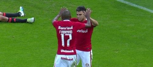 Jogadores se cumprimentando após o gol contra de Renê.