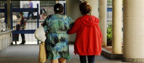 Menor que foi vítima de estupro coletivo deixa o Hospital Souza Aguiar, acompanhada da mãe (Foto: Gabriel de Paiva/Ag. O Globo)