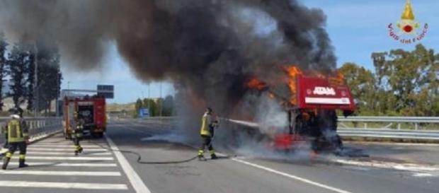 Calabria, autobus prende fuoco