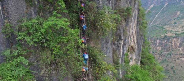 Copiii dintr-un sat din China străbat cel mai periculos drum către școală din lume. Foto: VCG - China Daily
