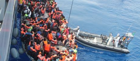 Crisi migratoria, weekend di fuoco per la Marina Militare