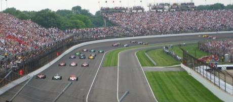 Os pilotos Hélio Castroneves e Tony Kanaan vão representar o Brasil na 100ª edição das 500 Milhas de Indianápolis.