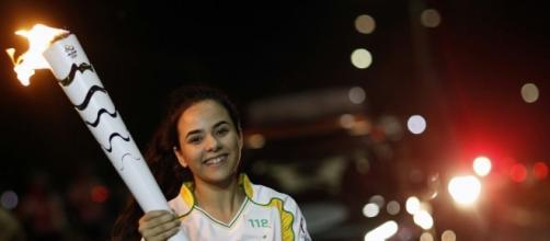 Viviane percorreu parte da Avenida Josefa de Melo com a tocha, sob clima frio e chuvoso