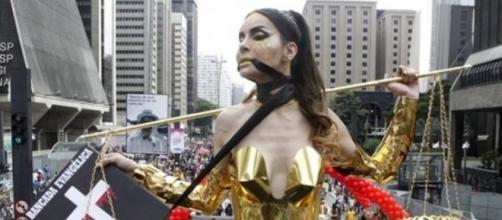 Viviany Beleboni, na Parada LGBT de 2016, representando a Justiça amordaçada pelos fundamentalistas