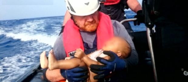 El cuerpo de un bebe muerto es rescatado de las aguas Euronews