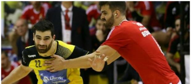 Nuno Grilo disputando a bola com Javier Borrágan