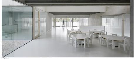 Gli ambienti interni di un nuovo e moderno istituto scolastico