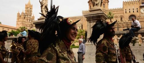 Bersaglieri davanti la Cattedrale di Palermo sfilano per il 64 Raduno Italiano 2016