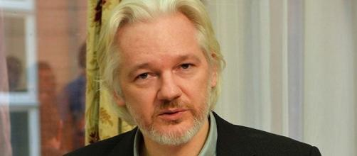 """Julian Assange, collegato in videoconferenza con la """"Wired Next Fest"""", critica i Panama Pampers e la candidata democratica Hillary Clinton"""