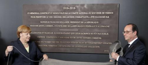 Merkel e Hollande durante la celebrazione dell'anniversario della battaglia di Verdun