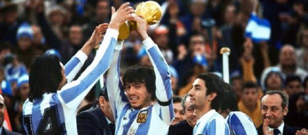 Daniel Passarella leva al cielo la Coppa del Mondo vinta dall'Argentina nel 1978