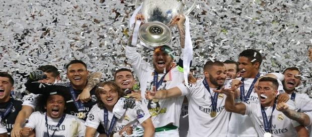 Sergio Ramos levantando a taça da Liga dos Campeões