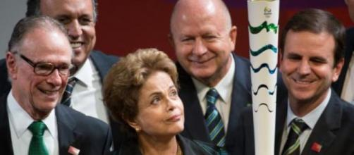Dilma segurando exemplar da Tocha Olímpica (Wikimedia)