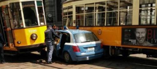 Scontro tra volante polizia e tram a Milano