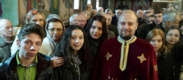 Preotul Ilie Petre alături de tinerii care primesc burse