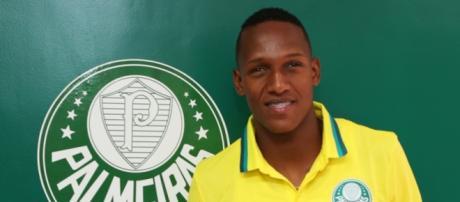 Yerry Mina já posou com a camisa palmeirense.