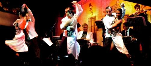 Bailarines de tango llevando a cabo un show en la Ciudad de Buenos Aires.