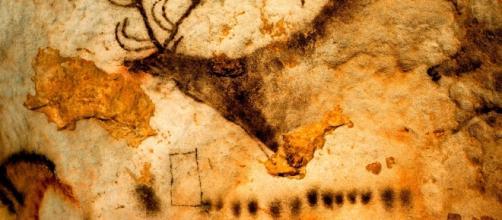En la famosa cueva francesa de Lascaux pueden observarse unos símbolos geométricos bajo este ciervo de la Edad de Hielo