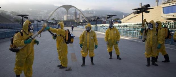 Los trabajadores sanitarios se preparan para rociar insecticida en el Sambódromo de Río